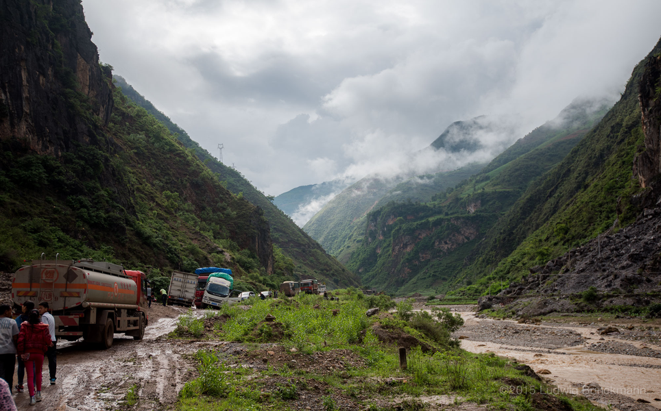 Picture: The new road connecting Liuku and Xiaguan goes along the Congjiang River 冲江河 Valley with steep mountains to either side.