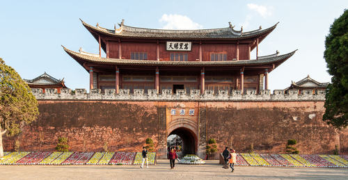 Picture: Gongshen Tower 拱辰楼 in the center of old Weishan.